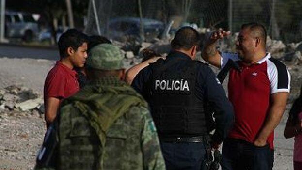Elementos de la Guardia Nacional y Policías Estatales realizan la investigación de un robo a migrantes cubanos en Ciudad Juárez. (EFE)