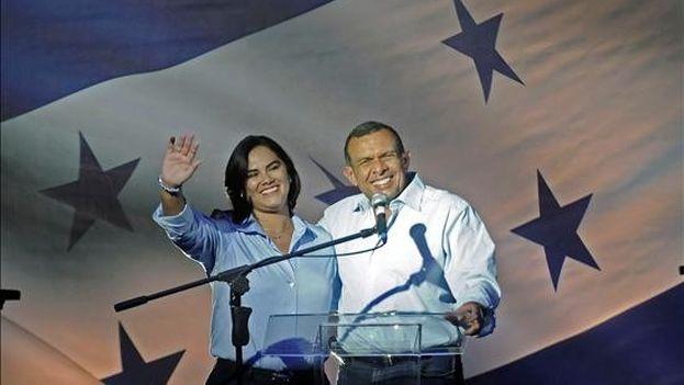 La exprimera dama Rosa Elena Bonilla y su esposo, Porfirio Lobo. (EFE)