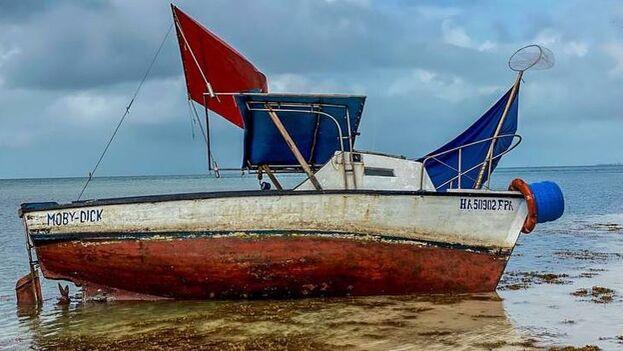 Embarcación en la que llegaron a los Cayos de Florida los ocho balseros cubanos detenidos. (Twitter/@USBPChiefMIP)