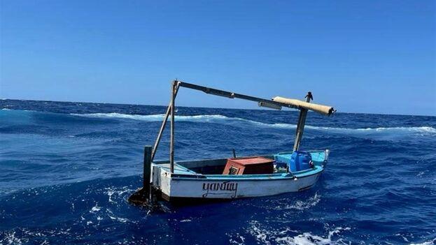 Embarcación de migrantes cubanos interceptada el 3 de junio de 2021, frente a la costa de Key West, Florida, por la Guardia Costera de EE UU. (EFE/USCG)