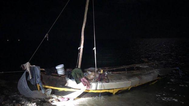 Embarcación en la que viajaban los doce balseros cubanos que llegaron a los Cayos de Florida este martes. (U.S. Border Patrol)