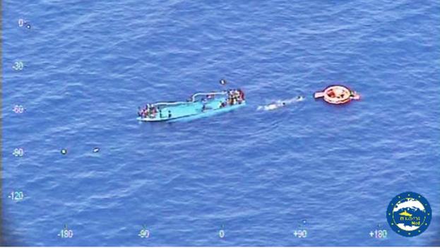 Embarcación con inmigrantes rescatada en el Canal de Sicilia por la fragata española 'Reina Sofía'. (Twitter/@EUNAVFORMED_OHQ)