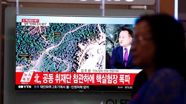 Emisión en Corea del Sur de la destrucción de la planta de ensayor norcoreana. (EFE)