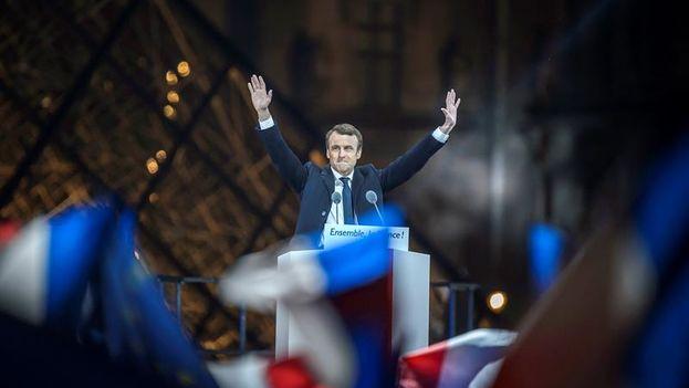 Emmanuel Macron, presidente electo de Francia, en la explanada del Louvre celebrando su victoria con sus seguidores. (EFE/EPA/Christophe Petit Tesson)