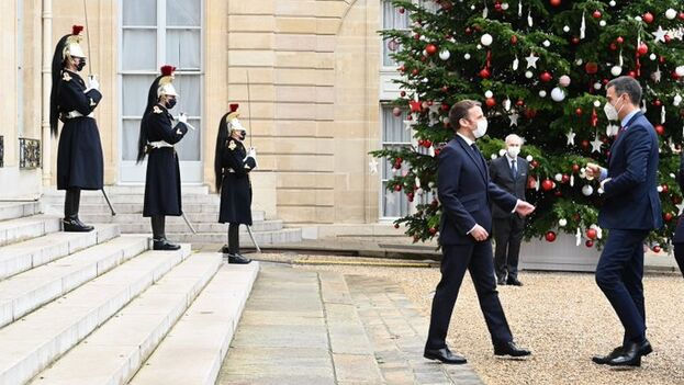 Emmanuel Macron recibió a Pedro Sánchez el lunes en el palacio del Elíseo para un almuerzo en el que también estuvieron Ángel Gurría y Charles Michel. (EFE)