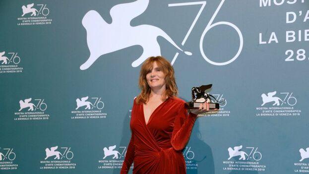 Emmanuelle Seigner recogiendo el premio en Venecia. (EFE)