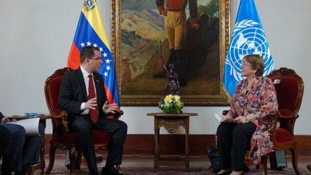 Encuentro entre Jorge Arreaza y Michelle Bachelet este jueves. La alta comisionada presentará hoy su informa tras reunirse con la oposición.