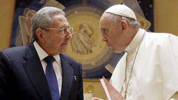Encuentro entre Raúl Castro y el Papa Francisco. (EFE)