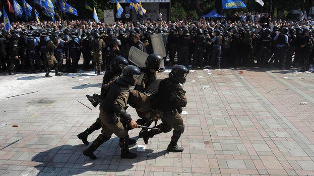 Enfrentamientos entre policía y manifestantes delante del Parlamento, en Kiev. (112 Ukraine/Facebook Oleksandr Rudomanov)