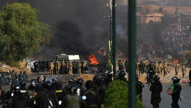 Enfrentamientos entre manifestantes y fuerzas del orden en La Paz. (EFE)