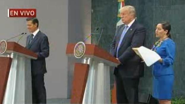 El presidente de México, Enrique Peña Nieto, con el candidato republicano a la presidencia de EE UU, Donald Trump, tras su encuentro privado de este miércoles. (Milenio TV/captura de pantalla)