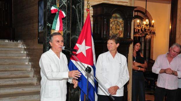 Enrique de la Madrid en la recepción que ofrece la Embajada de México en Cuba, con el embajador Juan José Bremer. (@edelamadrid)