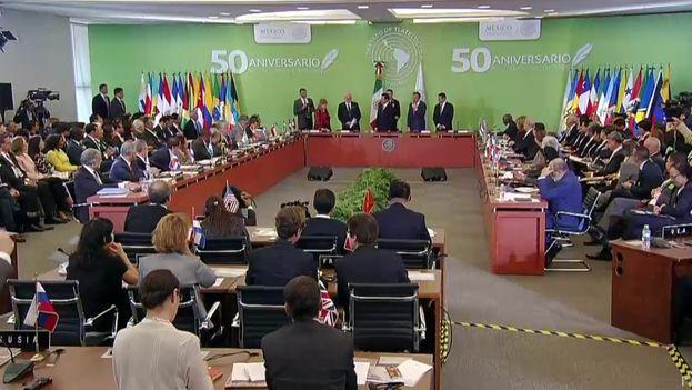 El presidente Enrique Peña Nieto da por adoptada la declaración ministerial con motivo del 50º aniversario del Tratado de Tlatelolco. (@PresidenciaMX)