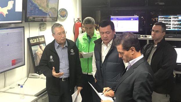 Enrique Peña Nieto evalúa los daños dejados por el fuerte terremoto que ha sufrido México este jueves. (@SEGOB_mx)