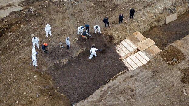 Enterramientos en fosas comunes en la isla de Hart este jueves.
