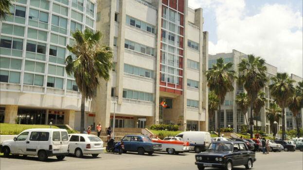 Entrada al Centro de Comercio Miramar financiado por Israel a lo largo de la Quinta Avenida de La Habana. (Larry Luxner / Times of Israel)