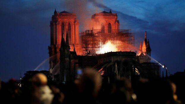 Entrada la noche en París los bomberos seguían intentando contener el fuego en la catedral de Notre Dame. (EFE)