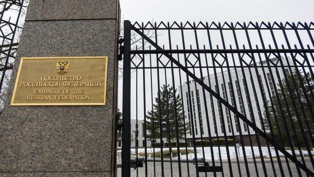 Entrada a la embajada rusa en Washington DC. (EFE)