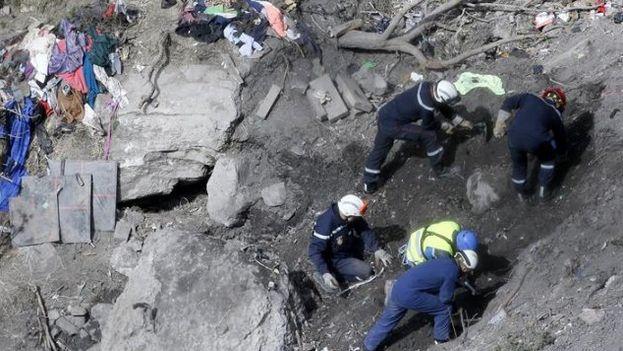 Equipos de búsqueda en el lugar donde el avión Germanwings se estrelló el 24 de marzo (Foto EFE)