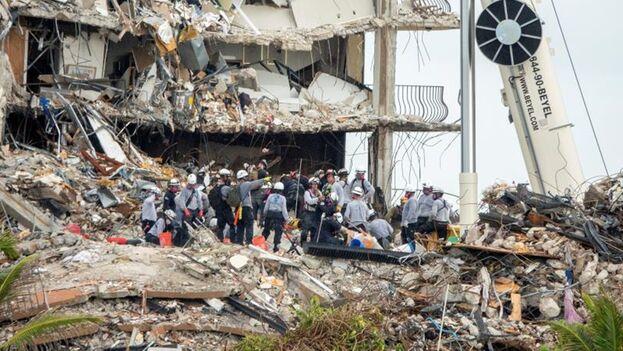 Equipos de rescate fueron registrados este miércoles al trabajar en el edificio de 12 pisos que se desplomó parcialmente en Surfside. (EFE/Cristóbal Herrera)