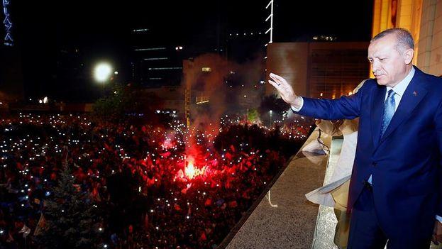 El presidente turco, Recep Tayyip Erdogan, saluda a sus simpatizantes tras el cierre de los colegios electorales en Ankara (Turquía) anoche. (EFE/ Presidencia De Turquía)