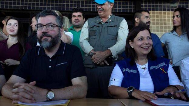 El canciller brasileño, Ernesto Araújo, y María Teresa Belandria, designada por Guaidó como legítima embajadora de Venezuela en Brasil. (EFE/Joédson Alves/Archivo)