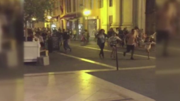 Escena de personas huyendo de la escena del atentado en Niz. (Twitter)