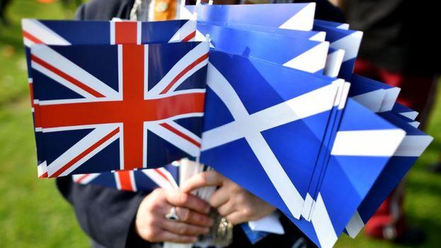 Las banderas de Reino Unido y de Escocia.