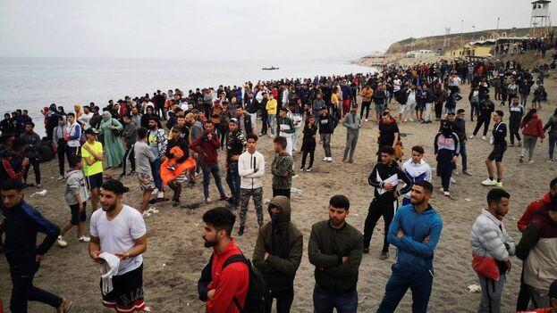 El martes se vivió una jornada de gran tensión en la frontera entre España y Marruecos, cuando un conflicto diplomático provocó que el país alauí dejara de vigilar el paso y miles de personas aprovecharon para intentar cruzar. (EFE)