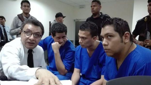 Kevin Espinoza, Marlon Fonseca y Hansel Vásquez fueron hallados culpables de varios delitos vinculados a la quema de la emisora 'Nueva radio ya' en mayo. (@nuevaya)