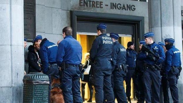 Estación de autobuses de Bruselas, fuertemente vigilada por la Policía tras los atentados de este martes. (EFE)