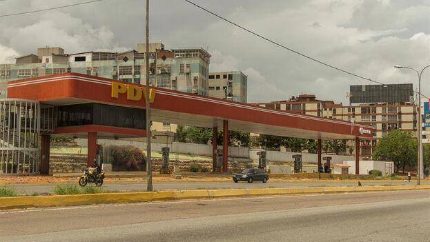 Estación de gasolina cerrada en Maracaibo, Venezuela. (EFE/Henry Chirinos)
