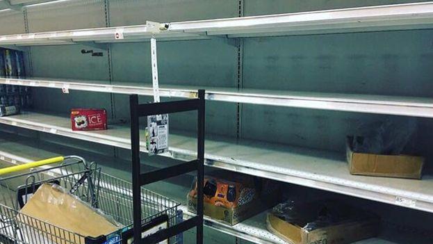 Estanterías de agua en un supermercado de Miami este miércoles. (@carolinalosada)