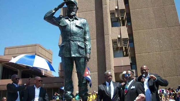 Estatua de Fidel Castro en Sudáfrica durante la inauguración. (Prensa Latina)