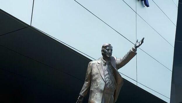 Estatua de Kirchner en la entrada de la sede de Unasur, en el norte de Quito. (EFE)