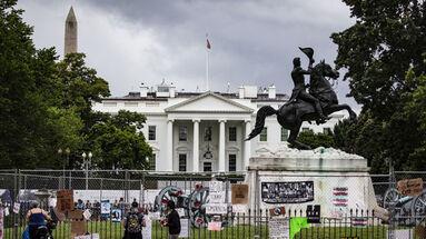 Estatua vandalizada del expresidente de Estados Unidos Andrew Jackson, frente a la Casa Blanca. (EFE/Samuel Corum)