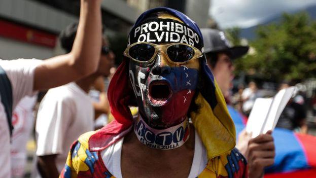 Estudiantes venezolanos marcharon contra Maduro en el Día de la Juventud. (EFE)