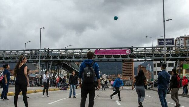Estudiantes de la Universidad Nacional juegan en una vía bloqueada en protesta y solidaridad con Dilan Cruz, quien falleció en la noche del lunes  al ser alcanzado por un artefacto disparado por la Policía, en Bogotá. (EFE)