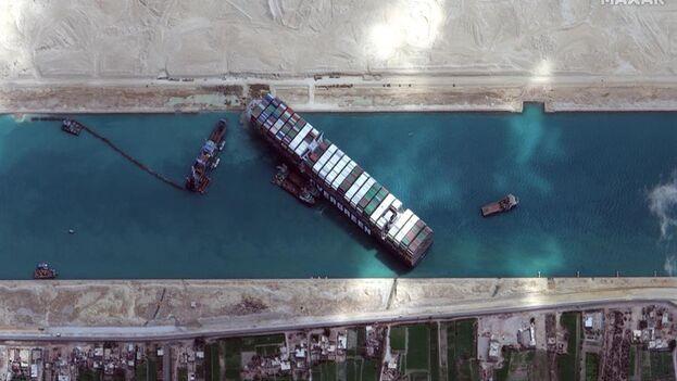 El Ever Given, de 400 metros de eslora y 224.000 toneladas de capacidad de carga, con bandera panameña, quedó encallado en el tramo sur del canal, bloqueando el paso desde el mar Rojo al Mediterráneo. (EFE/EPA/MAXAR TECHNOLOGIES)