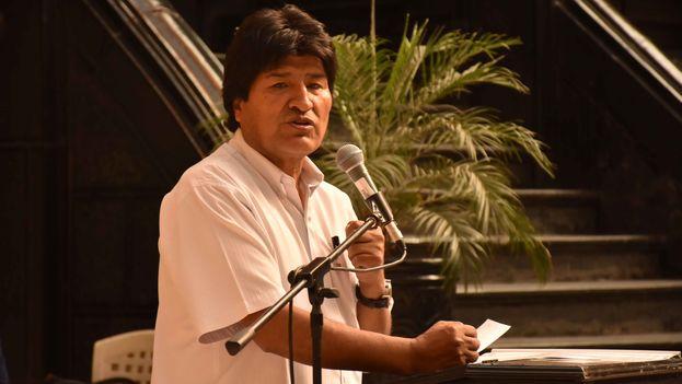 """El presidente Evo Morales recibe 95 proyectos de los alcaldes de 46 municipios, para que sean financiados con el programa """"Bolivia cambia, Evo cumple"""". (Enzo De Luca)"""