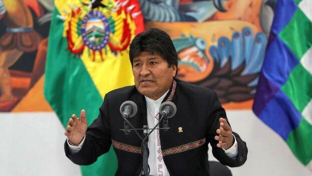 Evo Morales compareció acompañado de representantes de movimientos sociales afines a su Gobierno. (EFE)