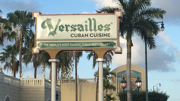 Exiliados de hace cinco décadas, jóvenes que mezclan el inglés con el español y recién llegados de la Isla se reunieron en el famoso restaurante del exilio cubano, en Miami. (Luz Escobar)