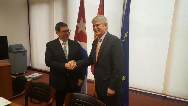 El ministro español de Exteriores y Cooperación, Alfonso Dastis, con su homólogo cubano, Bruno Rodríguez. (@AlfonsoDastisQ)