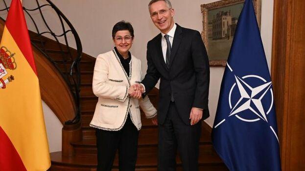 La ministra de Exteriores española, Arancha González Laya, junto a Jens Stoltenberg, secretario general de la OTAN este miércoles. (@AranchaGlezLaya)