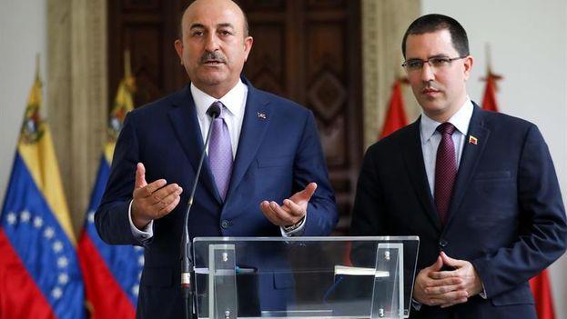El ministro de Exteriores de Turquía, Mevlüt Çavusoglu, y el canciller venezolano, Jorge Arreaza, firmaron este viernes en Caracas. (EFE)