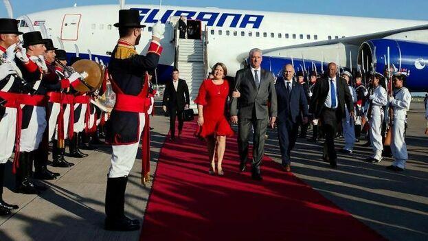 El gobernante cubano bajó del avión en el aeropuerto internacional de la ciudad bonaerense de Ezeiza, acompañado entre otros por su esposa, Lis Cuesta Peraza. (EFE)