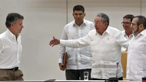 Juan Manuel Santos, Raúl Castro y el máximo líder de las FARC, Rodrigo Londoño, alias 'Timochenko', juntos durante el anuncio del acuerdo en La Habana. (EFE/Ernesto Mastrascusa)
