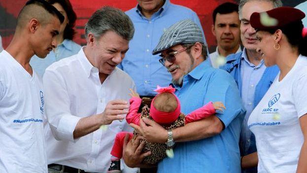 El presidente colombiano, Juan Manuel Santos, junto al líder de las FARC, Rodrigo Londoño ('Timochenko'), durante la ceremonia de dejación de armas. (EFE)