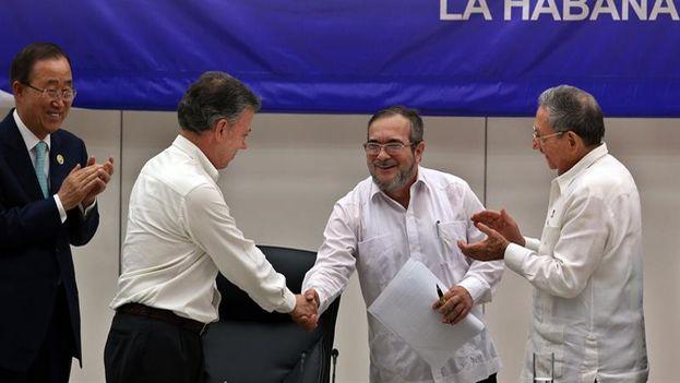 El líder de las FARC, 'Timochenko', junto a los presidentes de Cuba, Raúl Castro, y de Colombia, Juan Manuel Santos, y al secretario general de la ONU, Ban Ki-moon, este jueves en La Habana. (EFE)