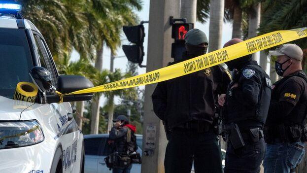 Policía federal y local en la escena del enfrentamiento, que terminó con la muerte a tiros de dos agentes del FBI en Sunrise, Florida. (EFE/EPA/Cristóbal Herrera-Ulashkevich)